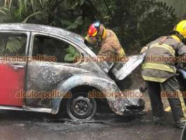 Xalapa, Ver., 19 de abril de 2021.- Un auto Volkswagen sedán se incendió en la carretera a Coatepec, vía Briones, cerca del INECOL. Bomberos lograron sofocar el fuego antes que las llamas lo consumieran totalmente.