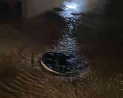 Veracruz, Ver., 19 de abril de 2021.- Vecinos denunciaron una fuga de agua en los alrededores del Pozo de Agua 21 a cargo de Grupo MAS, en la rotonda de la avenida La Bamba y Potrero de la colonia Geo Villas del Puerto y el fraccionamiemto Siglo XX.