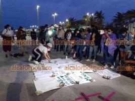 """Veracruz, Ver., 19 de abril de 2021.- Familiares de Monserrat, la joven de 20 años que fue golpeada brutalmente presuntamente por su novio Marlon, protestaron en la """"antimonumenta"""" para pedir justicia y se detenga al responsable."""