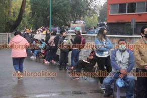 Xalapa, Ver., 20 de abril de 2021.- Desde temprana hora en las diversas subsedes de la zona universitaria, miles de docentes se dieron cita para recibir la vacuna contra el COVID-19.