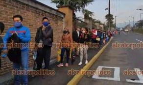Orizaba, Ver., 20 de abril de 2021.- Miles de profesores de varios municipios hicieron larga fila en el Foro Orizaba para recibir la vacuna contra el Coronavirus. Algunos opinaron que deberían poner más módulos de vacunación en el Estado.