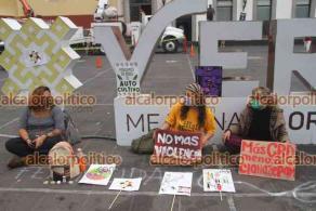 Xalapa, Ver., 20 de abril de 2021.- Jóvenes del Colectivo Cannábico Interdisciplinario Mexicano se instalaron en Plaza Lerdo, donde invitaron a la población conocer los beneficios de la mariguana a través de talleres y asesorías.