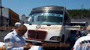 Veracruz, Ver., 20 de abril de 2021.- Empleada de Limpia Pública fue impactada por autobús del servicio urbano en el cruce de Miguel Hidalgo y Benito Juárez, en la colonia Centro. El lesionado fue atendido por la Cruz Roja.