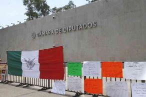 Ciudad de México, México, 20 de abril de 2021.- Afuera de la Cámara de Diputados, una persona con pancartas y un altavoz, demanda juicio político para presidente del INE, Lorenzo Córdova, para garantizar elecciones trasparentes.