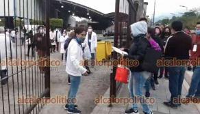 Orizaba, Ver., 21 de abril de 2021.- En el segundo día de vacunación para el sector educativo de Veracruz, al Foro Orizaba llegaron nuevamente miles de docentes. Incluso llegaron profesoras con sus bebés recién nacidos.