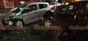 Xalapa, Ver., 21 de abril de 2021.- Colisión entre 2 vehículos particulares, la medianoche del martes, dejó como resultado 2 personas lesionadas y cuantiosos daños materiales. Percance ocurrió en la carretera Xalapa-Veracruz, a la altura de Plaza Xanat.