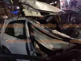 Xalapa, Ver., 21 de abril de 2021.- Una persona resultó lesionada luego de un fuerte accidente sobre la carretera Xalapa-Veracruz, a la altura de Las Trancas, donde auto chocó contra una camioneta que se encontraba estacionada.