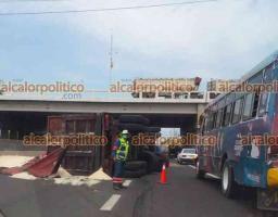Veracruz, Ver., 21 de abril de 2021.- -Tráiler con remolque tipo tolva cargado con azúcar a granel volcó sobre la autopista Veracruz-Cardel, cerca del entronque con el distribuidor vial del kilómetro 13.5. En el lugar ya hicieron presencia los