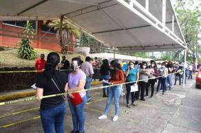 """Xalapa, Ver., 22 de abril de 2021.- Ayer miércoles, la rectora de la Universidad Veracruzana hizo fila en la Unidad de Ingeniería para vacunarse contra COVID. """"Estoy muy satisfecha del proceso, tardé aproximadamente dos horas"""", dijo."""