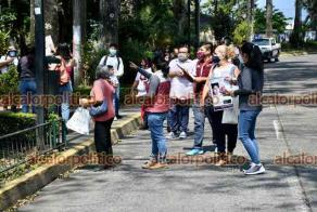 Xalapa, Ver., 22 de abril de 2021.- Integrantes de Colectivos de Familiares de Desaparecidos realizan una jornada de información sobre personas no localizadas, para lo cual entregan folletos con fotografías y colocan carteles en árboles y postes.