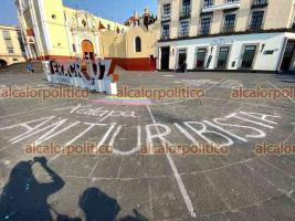 Xalapa, Ver., 5 de Mayo de 2021.- En la plaza Lerdo, personas escribieron mensajes acerca de la situación de violencia que se vive en Colombia, donde la Policía reprimió protestas contra reforma hacendaria.