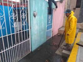 Coatepec, Ver., 5 de maro de 2021.- La fuerte lluvia tiró un árbol sobre las máquinas para hacer ejercicio en un parque de la colonia Campo Viejo, donde también hay juegos infantiles. Además, se reportó la caída de granizo e inundaciones en distintas colonias.