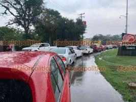 Coatepec, Ver., 5 de mayo de 2021.- La caída de un árbol durante la lluvia de este miércoles cerró el paso en la carretera hacia Xico, provocando caos vial en la zona esta tarde.