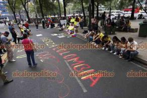 Ciudad de México, México, 5 de mayo de 2021.- Un grupo de colombianos acompañados por mexicanos se manifestaron afuera de la embajada y consulado de Colombia en México para exigir un alto a la represión y asesinatos durante las protestas en varias ciudades de Colombia.