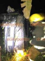 Coatepec, Ver., 6 de mayo de 2021.- La noche de este miércoles, camioneta cayó en barranco, en el tramo carretero a San Marcos de León, a la altura de la comunidad Las Puentes. No hubo heridos; bomberos de Coatepec y PC atendieron el percance.