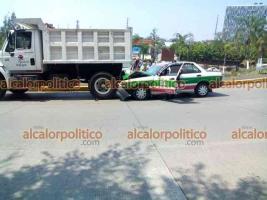 Xalapa, Ver., 6 de mayo de 2021.- Taxi se impactó contra la parte trasera de un camión volteo estacionado en el distribuidor víal El Trébol. En la zona se hacen trabajos de mantenimiento; circule con precaución.