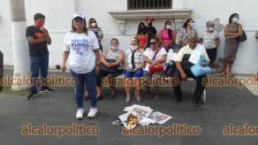 Veracruz, Ver., 6 de mayo de 2021.- Personas que dijeron ser militantes de MORENA quemaron playeras en protesta; acusan que Mario Delgado, dirigente nacional, les prometió lugar en la planilla de Ricardo Exsome Zapata para la Alcaldía y no cumplió. Anunciaron que ahora apoyarán a la coalición PAN-PRI-PRD.