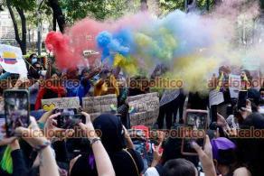 Ciudad de México., 6 de mayo de 2021.- Un grupo de feministas y colombianos protestaron afuera del consulado de Colombia en la CDMX para condenar la represión y los asesinatos de manifestantes en varias ciudades del país sudamericano a manos de la policía. Acusan al presidente Iván Duque de la represión y por criminalizar la protesta social.