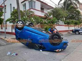 Veracruz, Ver., 7 de mayo de 2021.- En el cruce de la avenida Gómez Farías y la calle de Altamirano, auto terminó volcado tras chocar contra un árbol. No se reportan lesionados.