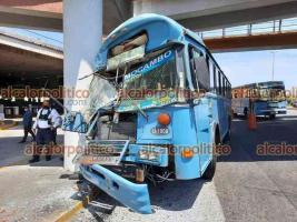 Boca del Río, Ver., 8 de mayo de de 2021.- Camión del servicio urbano colisionó uno de los pilares de concreto del puente de la plaza comercial El Dorado. En el autobús sólo iba el conductor que resultó ileso.