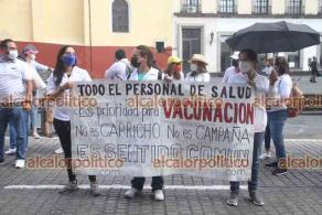 Xalapa, Ver., 9 de mayo de 2021.- Un reducido contingente del personal de salud, marchó del CECAN a Plaza Lerdo para reiterar la exigencia de vacunar a todo el personal de salud pública y privada.