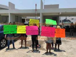 Veracruz, Ver., 9 de mayo de 2021.- Una mujer se hincó ante policías en el Centro Integral de Justicia para rogarles información sobre su hijo, pues afirma que SSP y Fuerza Civil se lo llevaron de su casa esta madrugada.