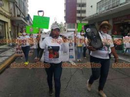 Veracruz, Ver., 10 de mayo de 2021.- Con lonas, fotografías y hasta la pala que usan en la búsquedas en fosas clandestinas, mujeres caminaron por la avenida Independencia para exponer que hay madres que todos los días sufren por no encontrar a sus seres queridos.