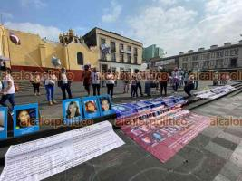 Xalapa, Ver., 10 de mayo de 2021.- Familiares de personas desaparecidas se plantaron este lunes en plaza Lerdo mostrando carteles y sus fotografías; tienen programado marchar hacia el Monumento a la Madre.