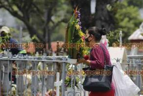 Córdoba, Ver., 10 de mayo de 2021.- Panteones de la ciudad tuvieron alta afluencia este Día de las Madres. El acceso fue restringido debido a la pandemia. Floristas, músicos y personas que hacían limpieza tuvieron trabajo en comparación con el año pasado.