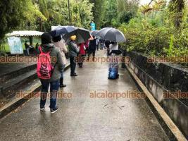 Xalapa, Ver., 11 de mayo de 2021.- Pese a la lluvia, personas hacen fila en el Nido del Halcón para la jornada de vacunación contra COVID-19 para personas de 50 a 59 años de edad. Poco a poco la hilera se fue haciendo más larga.