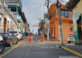 Xalapa, Ver., 12 de mayo de 2021.- Personal de CMAS atiende un socavón que ocurrió en la calle Nicolás Bravo y Morelos, por lo que esa vía está cerrada a la circulación. Tome previsiones.