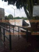 Xalapa, Ver., 12 de mayo de 2021.- La lluvia causó estragos en el módulo de vacunación del Gimnasio La Lagunilla, donde quedó inundada la zona y cayó la carpa instalada.