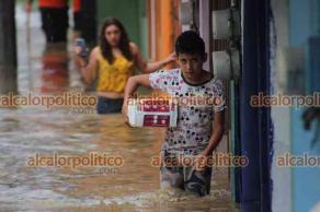 Xalapa, Ver., 12 de mayo de 2021.- Vecinos de la calle Camino Real, en la colonia La Lagunilla, también se vieron afectados por la fuerte lluvia de este miércoles. El agua inundó sus viviendas.