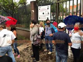 Xalapa, Ver., 12 de mayo de 2021.- Por la tormenta de este miércoles y porque se fue la energía eléctrica cancelaron la vacunación contra COVID en la Normal Veracruzana. Algunos ciudadanos que habían pedido permiso en sus trabajos se inconformaron con la medida.
