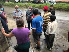 Xalapa, Ver., 12 de mayo de 2021.- Ricardo Ahued recoge testimonio de vecinos de la colonia Rubén Pabellón Acosta sobre las afectaciones que dejó el temporal en la capital veracruzana.