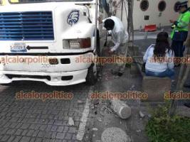 Xalapa, Ver., 13 de mayo de 2021.- Camión del Servicio Urbano de Xalapa número 508 derribó bolardos frente al edificio de la SSP, en la calle Zaragoza. Al parecer, el percance se debió a una distracción del chofer; pasajera resultó con crisis nerviosa.