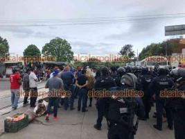 Xalapa, Ver., 13 de mayo de 2021.- A la manifestación de taxistas sobre la avenida Chedraui Caram llegó personal de Transporte Público, varios de los inconformes fueron detenidos.