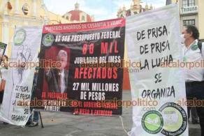 Xalapa, Ver., 14 de mayo de 2021.- Miembros de la Unión Nacional de Comités del IMSS se manifestaron en Plaza Lerdo para exigir la devolución de sus ahorros de la Subcuenta de Cesantía y Vejez depositados desde 2008.