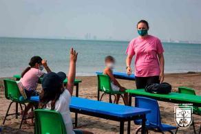 """Veracruz, Ver., 14 de mayo de 2021.- Estudiantes del """"Colegio Carlos Monsiváis"""" tomaron clases de robótica, educación física y educación ambiental en la playa. """"Estaban muy emocionados"""", dijo la Directora."""