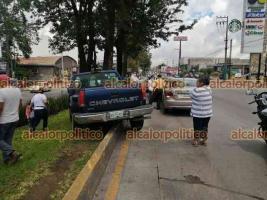 Xalapa, Ver., 14 de mayo de 2021.- Una camioneta terminó sobre el camellón de Lázaro Cárdenas, a la altura de Urban Center, al intentar evitar impactar un vehículo que chocó con otra unidad. No hubo lesionados.