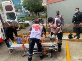 Xalapa, Ver., 15 de mayo de 2021.- Paramédicos de la Cruz Roja y Seguridad Pública atendieron a hombre que cayó de 2 metros de altura cuando pintaba en la tienda OXXO de avenida Américas; fue trasladado a la clínica 11 del IMSS.