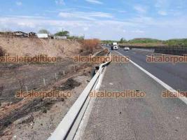 Veracruz, Ver., 15 de mayo de 2021.- Tracto camión se salió de la autopista Veracruz-Cardel, cerca de la caseta de cobro, luego que el operador perdió el control del vehículo en una curva debido al exceso de velocidad. No se reportaron lesionados.