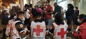 Xalapa, Ver., 15 de mayo de 2021.- Paramédicos de la Cruz Roja acudieron la noche de este sábado a repartir café y pan a familiares de pacientes internados en el Hospital Civil.