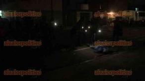 Veracruz, Ver., 16 de mayo 2021.- Un varón fue asesinado a balazos en la calle Iztaccíhuatl, de la colonia Los Volcanes. Elementos ministeriales llegaron para hacer el levantamiento del cuerpo.