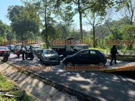 Xalapa, Ver., 17 de mayo de 2021.- Conductor que circulaba en sentido contrario en la avenida Murillo Vidal chocó de frente contra un auto Nissan Tsuru, a la altura de El Tejar. No se reportaron lesionados.
