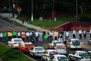 Xalapa, Ver., 17 de mayo de 2021.- Agremiados del Sindicato Democrático de Trabajadores de la Educación de Veracruz (SDTEV) bloquean al atardecer de este lunes la carretera frente a la SEV para exigir el cambio de nota.