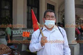 Xalapa, Ver., 18 de mayo de 2021.- Vendedores ambulantes en carretillas protestaron en el Palacio Municipal pues ya no les permiten estar en los puntos donde se colocaban.