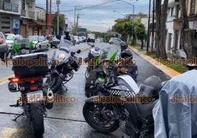 Xalapa, Ver., 11 de junio de 2021.- Paramédicos atendieron a motociclista que estuvo involucrado en un accidente en la esquina de 20 de Noviembre y Lucio, un vehículo particular lo impactó proyectándolo contra el pavimento.