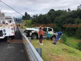 Jilotepec, Ver., 11 de junio de 2021.- El conductor de una camioneta perdió el control y terminó por salirse de la autopista Xalapa-Perote. Personal de auxilio llegó al sitio.