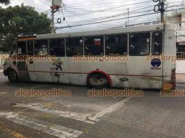 Veracruz, Ver., 11 de junio de 2021.- A un camión de la Ruta 6-Maniobristas se le desprendió una llanta mientras circulaba por la avenida Flores Magón. El desperfecto se debió a la falta de mantenimiento de la unidad. No hubo heridos.